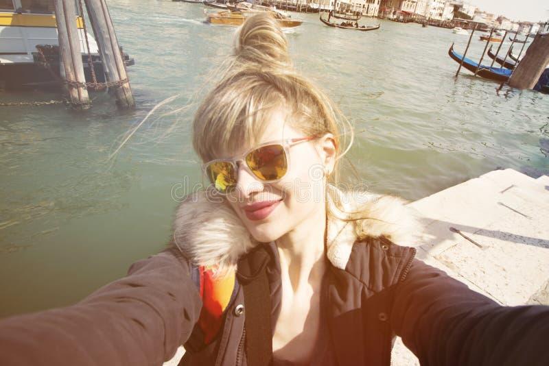 Härlig ung flickakvinnastudent Venetian Making Selfie Behind royaltyfri fotografi