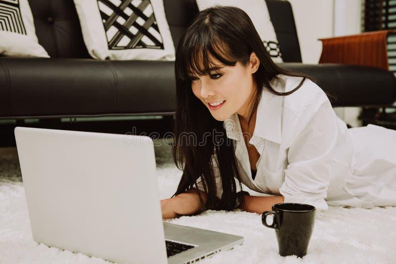 Härlig ung Freelancerkvinna som använder det hemmastadda kontoret för bärbar datordator, frilans- arbete, begrepp för affärsfolk fotografering för bildbyråer