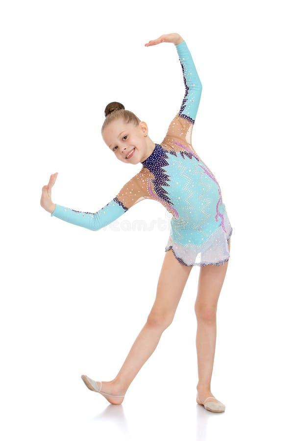 Härlig ung gymnast i en ljus träningsoverall royaltyfria foton