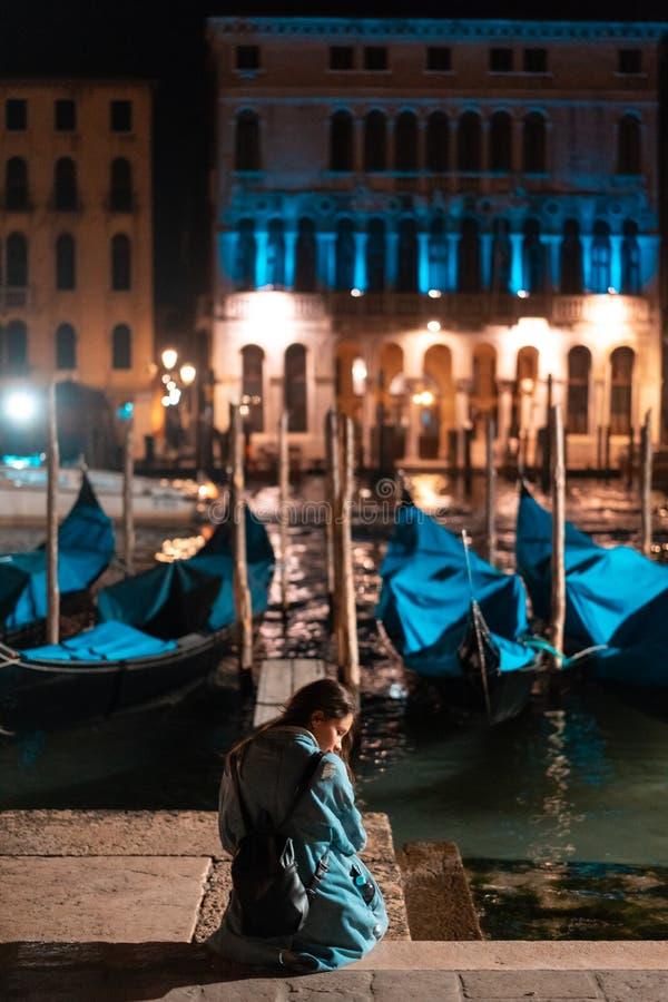 Härlig ung handelsresandekvinna som tar foto i Venedig royaltyfri fotografi