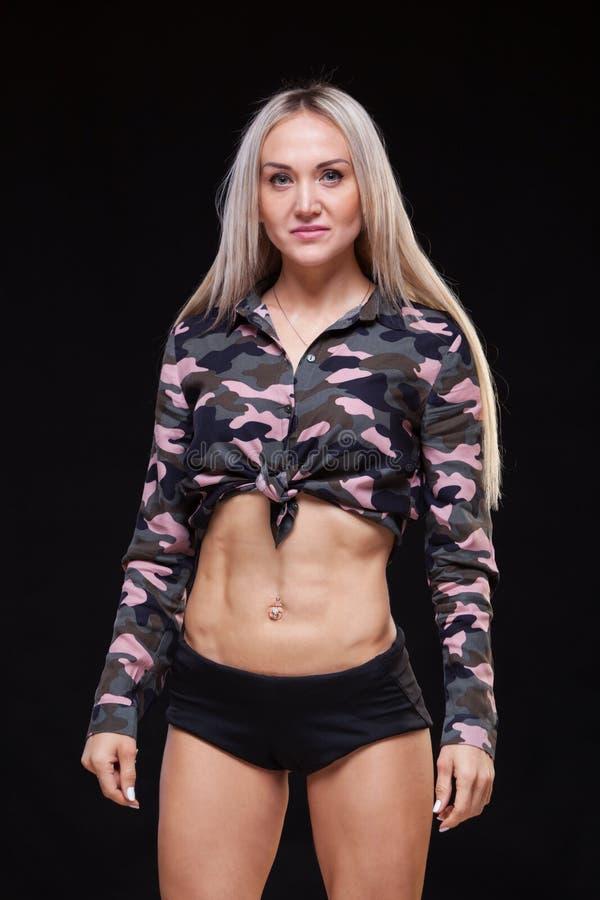 Härlig ung idrotts- flicka med svart studiobakgrund arkivfoton