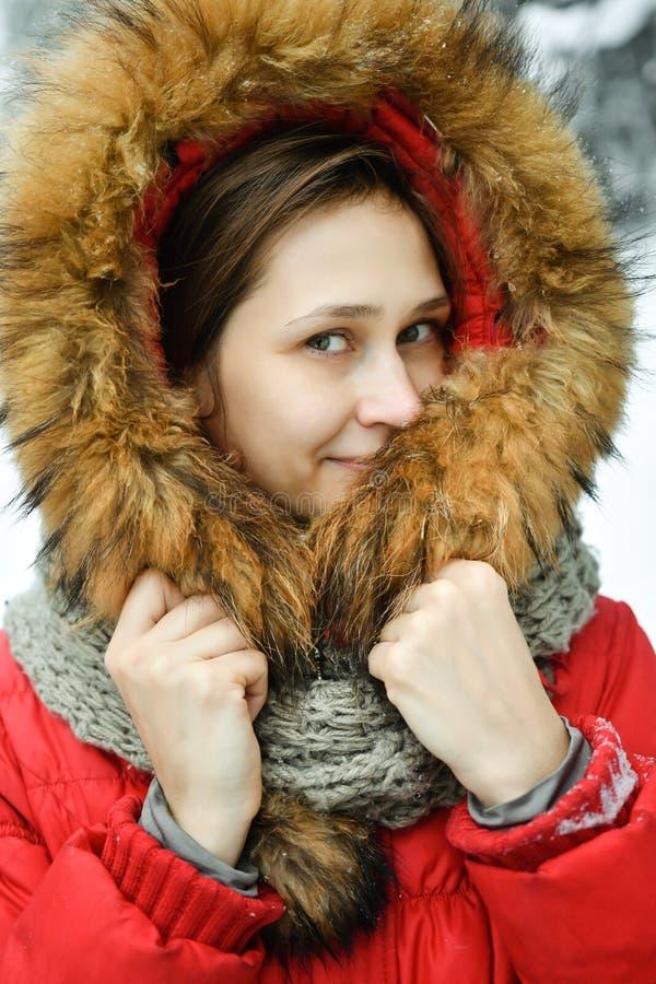 Härlig ung kvinna för stående i vinteromslag arkivfoton