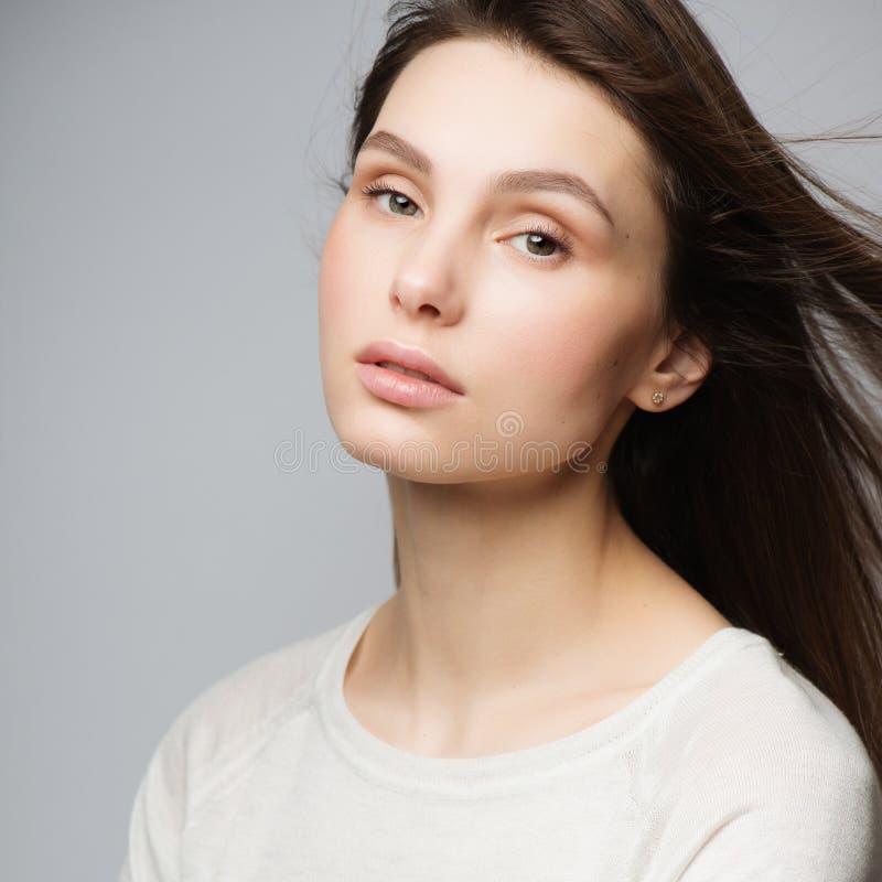 Härlig ung kvinna för stående med långt brunt hår Nätt modellera poserar på studion fotografering för bildbyråer