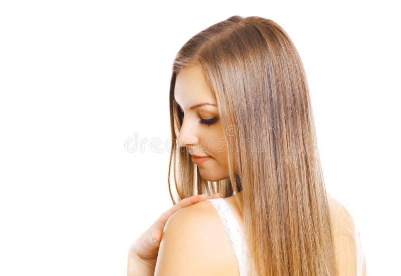 Härlig ung kvinna för ståendenärbild med långt hår som isoleras på vit royaltyfri foto