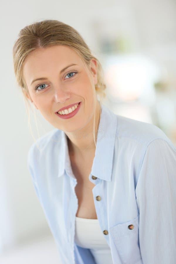 Härlig ung kvinna, i att le för tillfällig kläder royaltyfri fotografi