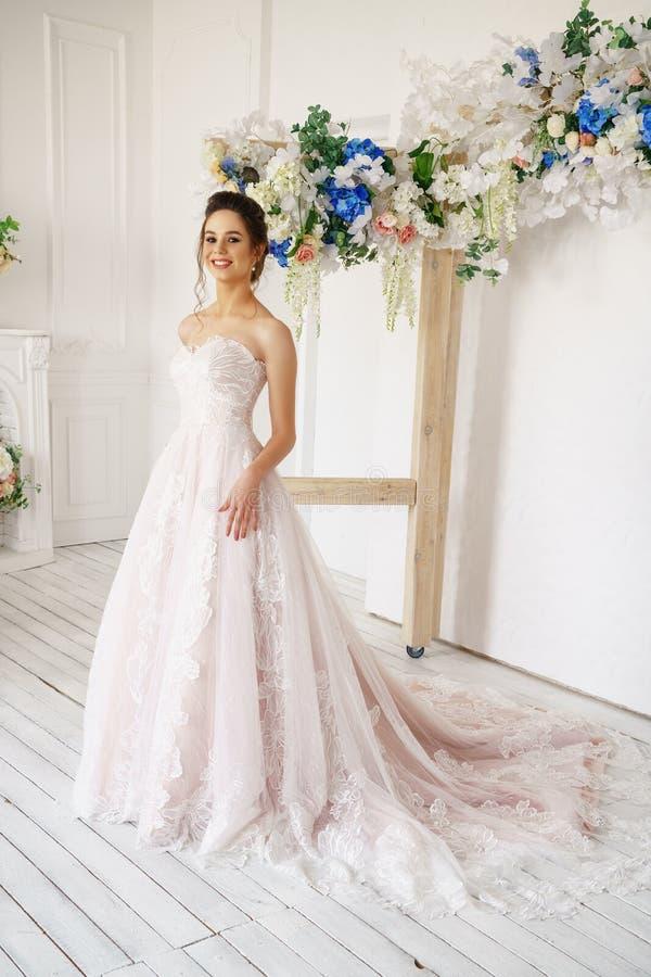 Härlig ung kvinna i bröllopsklänning, romantisk bild av bruden, härligt smink och frisyr fotografering för bildbyråer