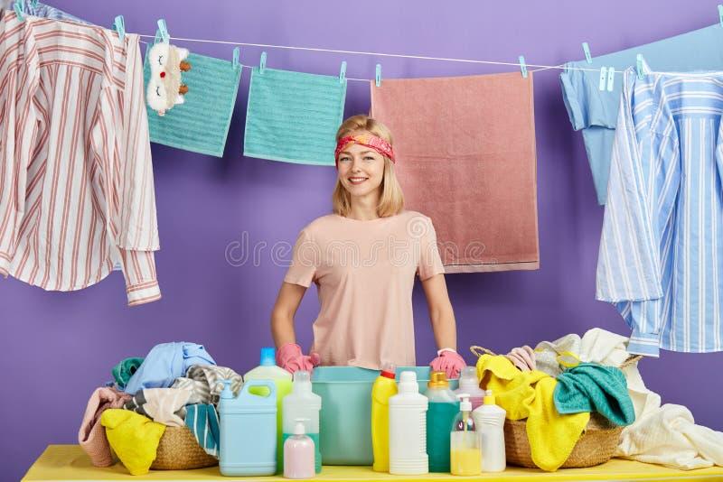 Härlig ung kvinna i den rosa t-skjortan som poserar till thecameraen royaltyfria bilder