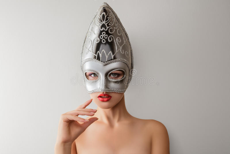 Härlig ung kvinna i den venetian karnevalmaskeringen royaltyfria foton