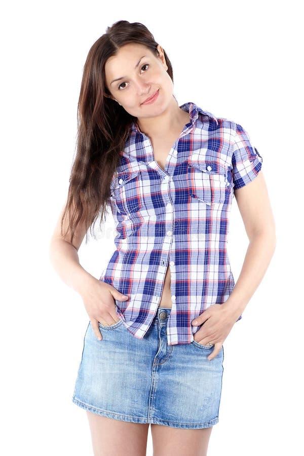 Härlig ung kvinna i en plädskjorta med långt hår som ser till royaltyfria foton