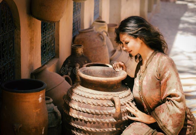 Härlig ung kvinna i en traditionellt marockansk kaftan arkivbilder