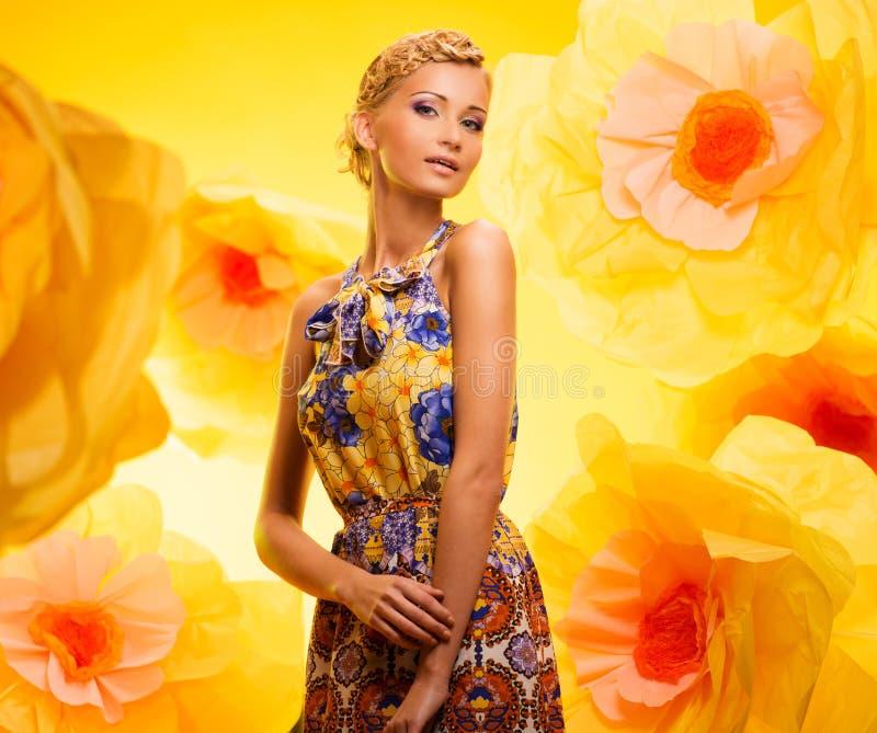 Härlig ung kvinna i färgglad klänning arkivfoton