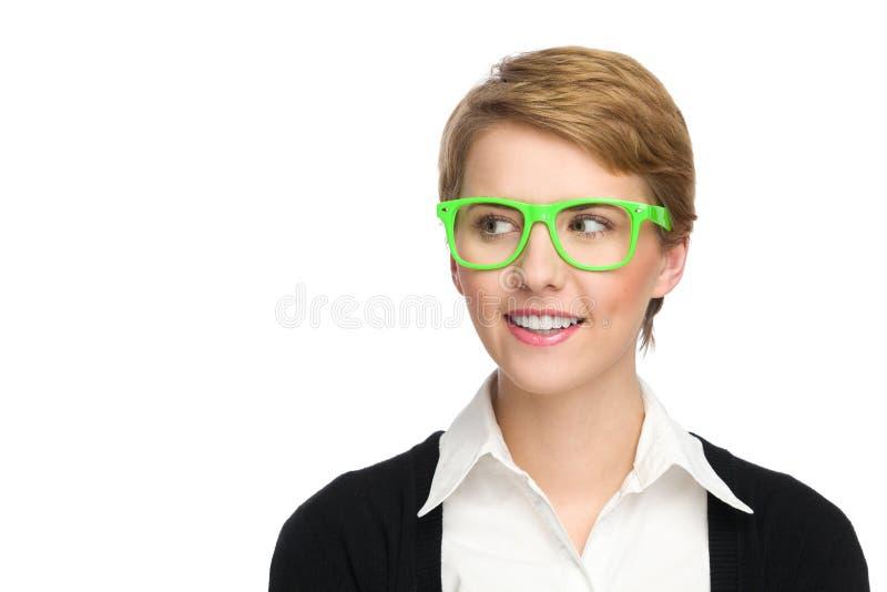 Härlig ung kvinna i gröna exponeringsglas som ser kopieringsutrymme. arkivbilder
