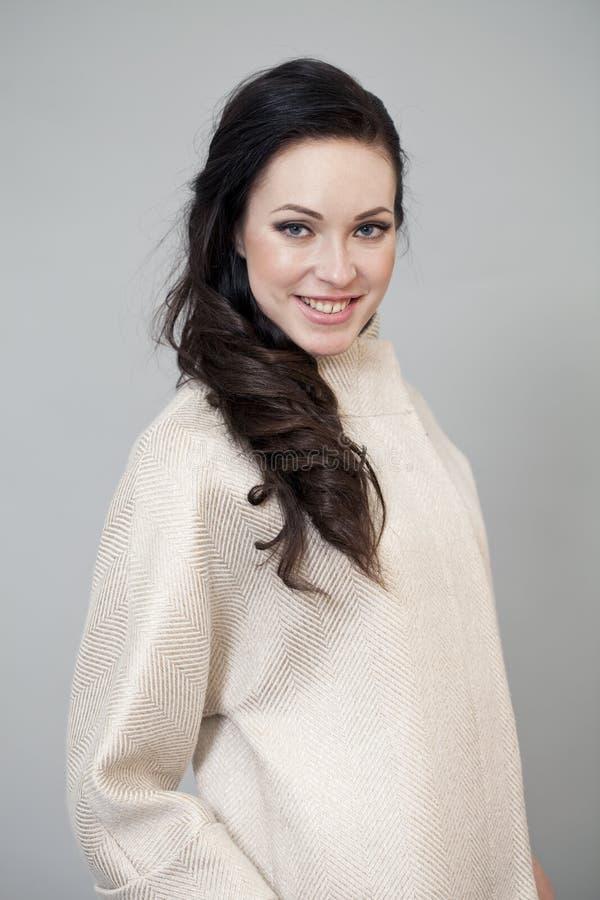 Download Härlig Ung Kvinna I Höstlag Arkivfoto - Bild av grått, lady: 37346208