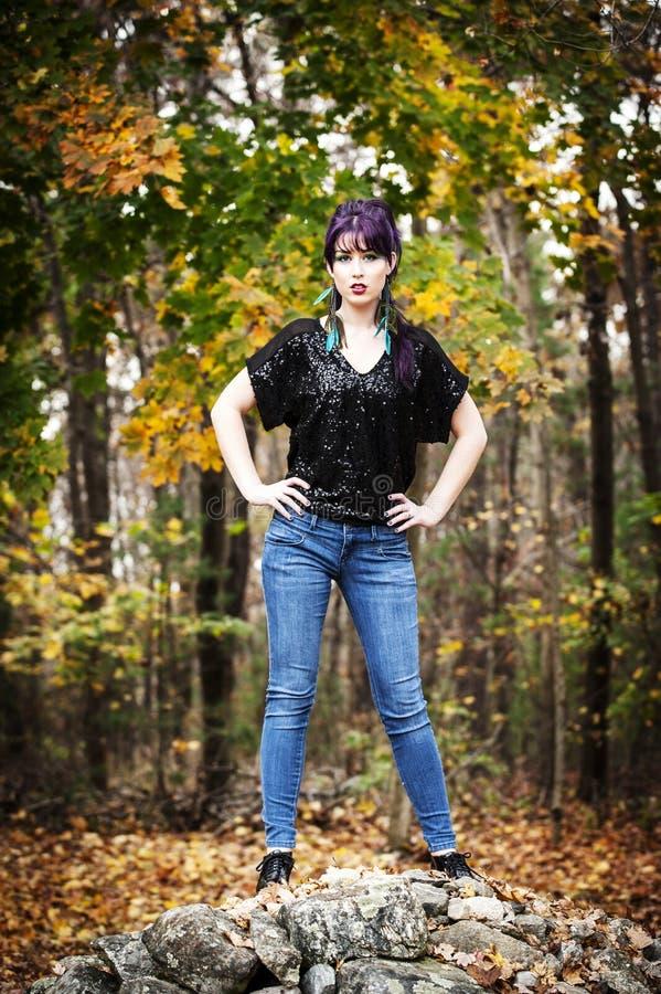 Härlig ung kvinna i påfågelmakeup fotografering för bildbyråer