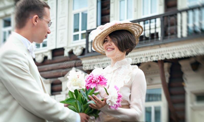 Härlig ung kvinna i klänning- och hattstående i retro stil Gentlemandamen Vogue kläder i tappning arkivfoton