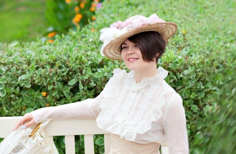 Härlig ung kvinna i klänning- och hattstående i retro stil Vogue dressing i tappning royaltyfria bilder