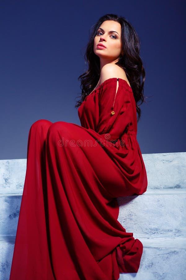 Härlig ung kvinna i marsalasommarklänning royaltyfria foton