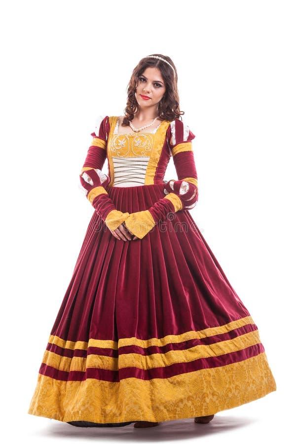 Härlig ung kvinna i medeltida eraklänning royaltyfri bild