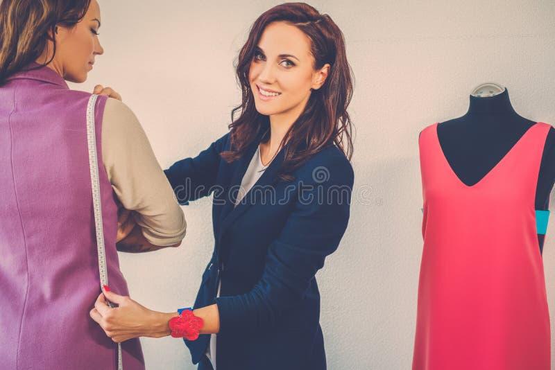 Härlig ung kvinna i modeatelierhaute couture royaltyfri foto