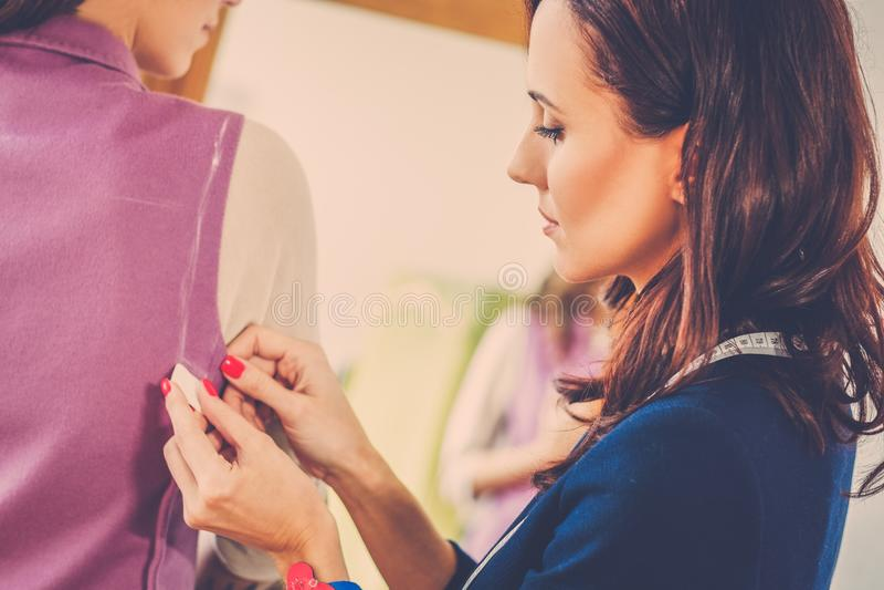 Härlig ung kvinna i modeatelierhaute couture royaltyfria bilder