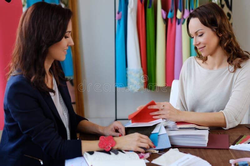 Härlig ung kvinna i modeatelierhaute couture arkivfoton