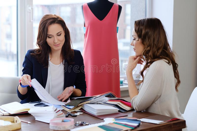 Härlig ung kvinna i modeatelierhaute couture arkivbild