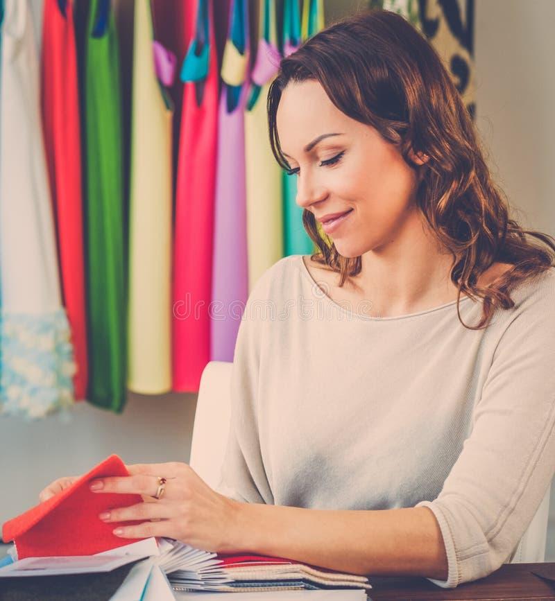 Härlig ung kvinna i modeatelierhaute couture fotografering för bildbyråer
