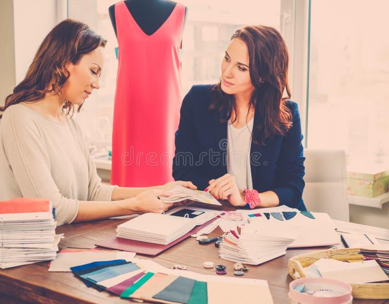 Härlig ung kvinna i modeatelierhaute couture arkivbilder