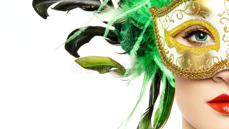 Härlig ung kvinna i mystisk guld- Venetian maskering fotografering för bildbyråer