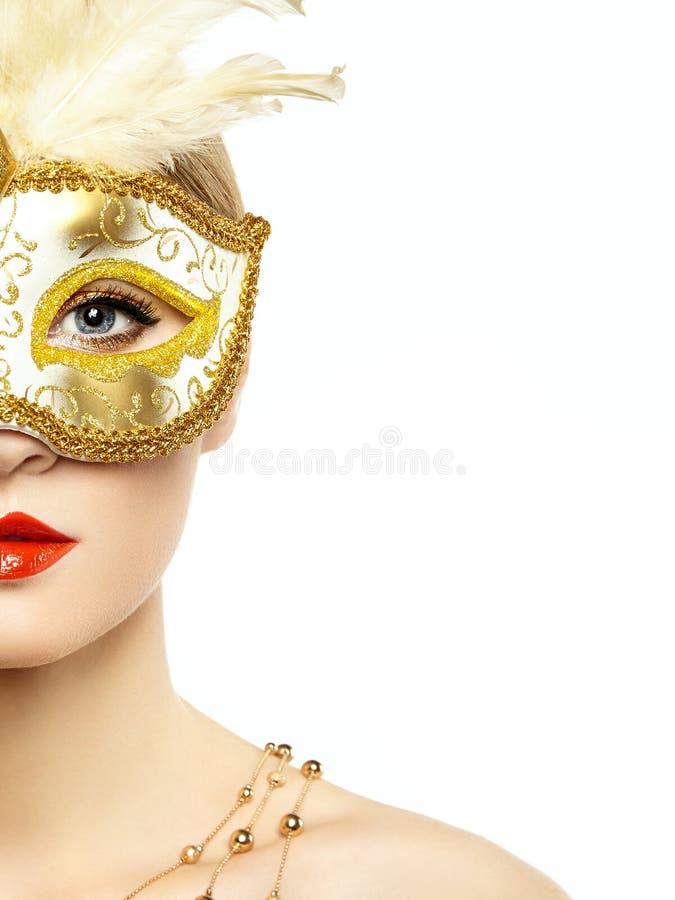 Härlig ung kvinna i mystisk guld- Venetian maskering arkivbild