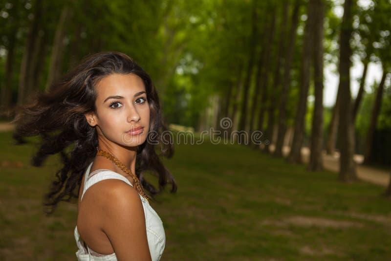 Härlig ung kvinna i Paris arkivbild