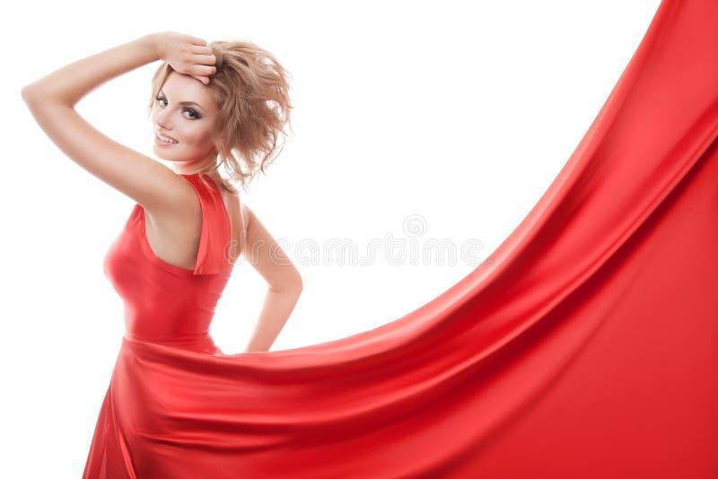 Härlig ung kvinna i röd lång klänning arkivfoto