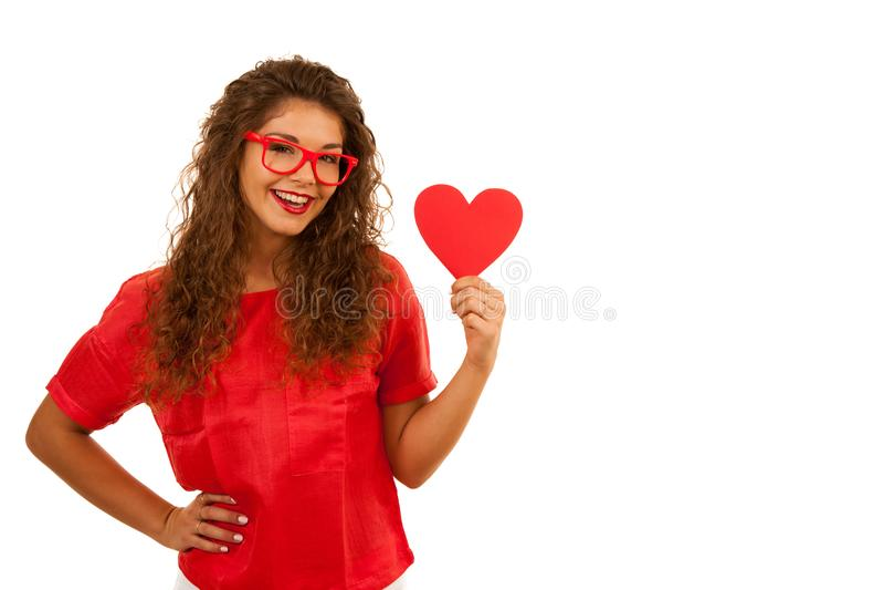Härlig ung kvinna i rött innehav en hjärta för valentindag fotografering för bildbyråer