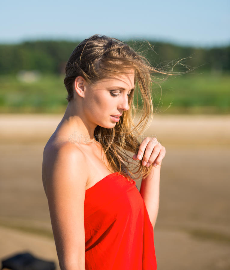 Härlig ung kvinna i rött tyg royaltyfri foto