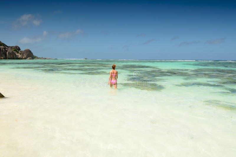 Härlig ung kvinna i Seychellerna den tropiska stranden royaltyfri bild