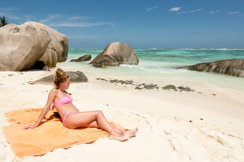 Härlig ung kvinna i Seychellerna den tropiska stranden royaltyfria bilder