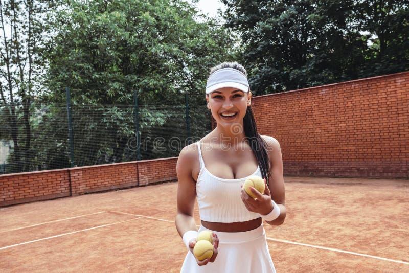 Härlig ung kvinna i sportkläder som bort ler och ser fotografering för bildbyråer