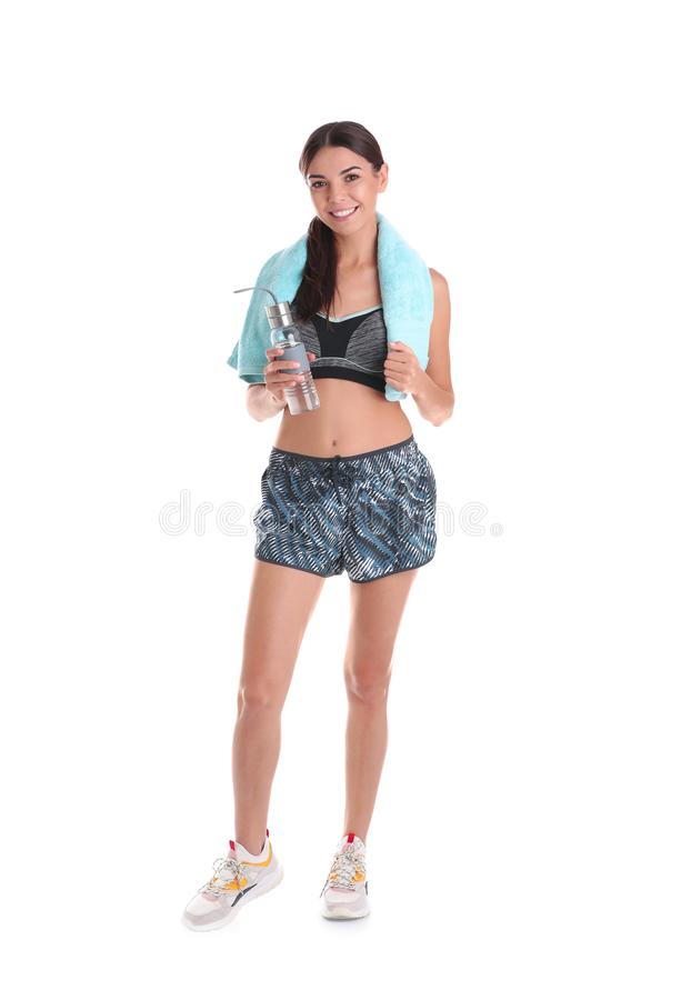 Härlig ung kvinna i sportswear med handduken och flaskan av vatten arkivfoto