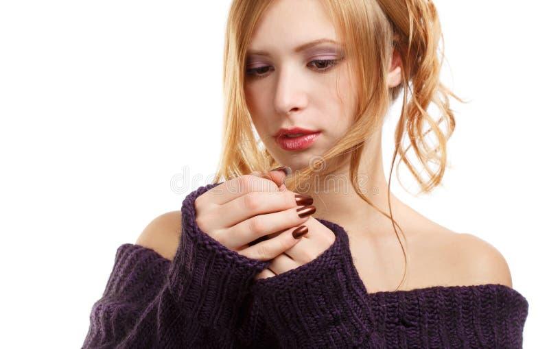 Härlig ung kvinna i stucken mörk purpurfärgad tröja med långt b royaltyfri bild