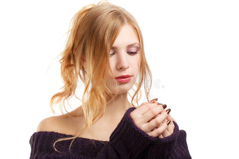 Härlig ung kvinna i stucken mörk purpurfärgad tröja med långt b royaltyfri fotografi
