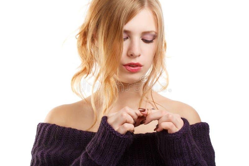Härlig ung kvinna i stucken mörk purpurfärgad tröja med långt b royaltyfria bilder