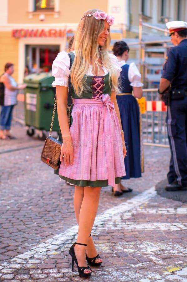 Härlig ung kvinna i traditionell österrikisk dräkt royaltyfri fotografi