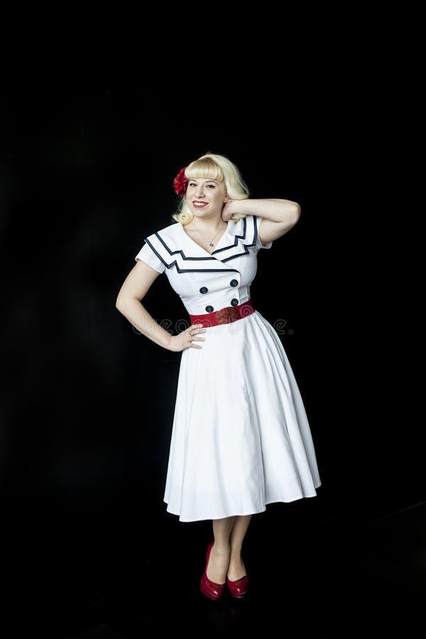 Härlig ung kvinna med blont hår i den vita sjömannen Dress arkivfoton