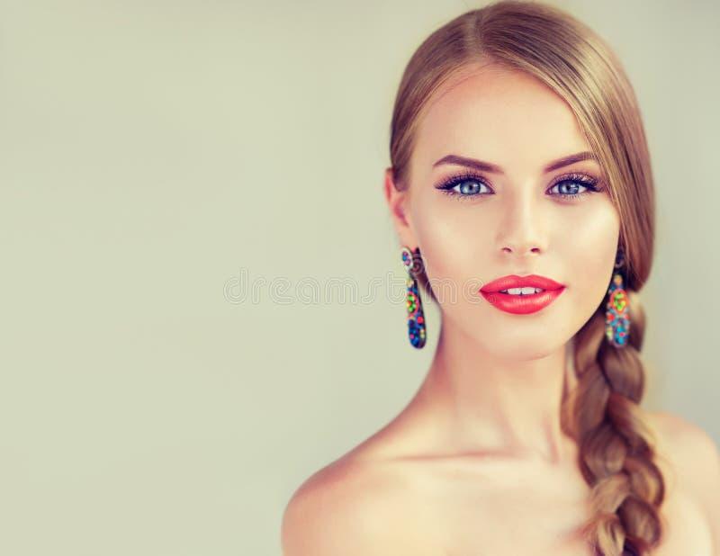 Härlig ung kvinna med braidpigtail arkivfoton