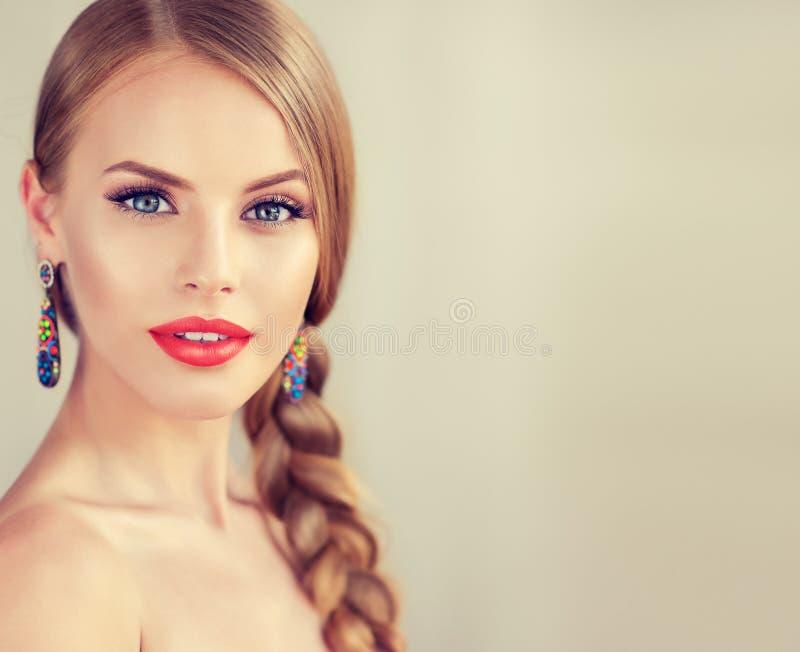 Härlig ung kvinna med braidpigtail och stora örhängen på henne arkivfoton