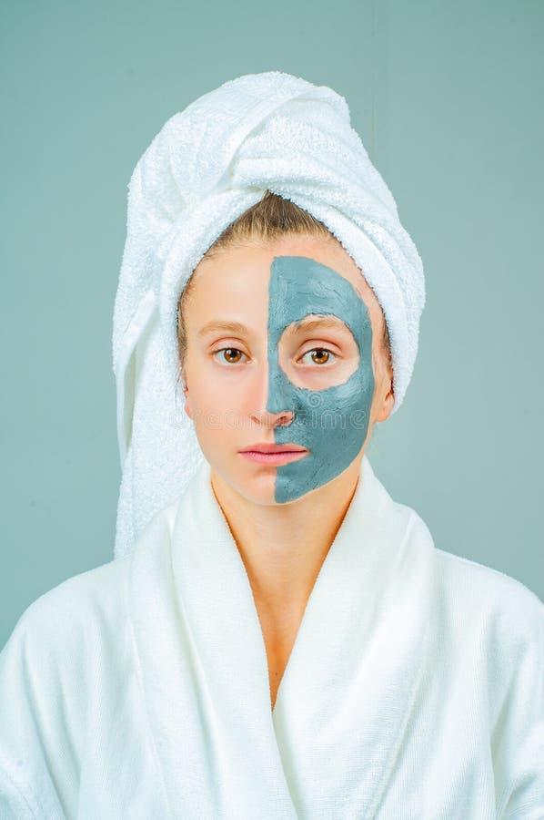 Härlig ung kvinna med den ansikts- maskeringen för lera Skincare och skönhetbegrepp fotografering för bildbyråer
