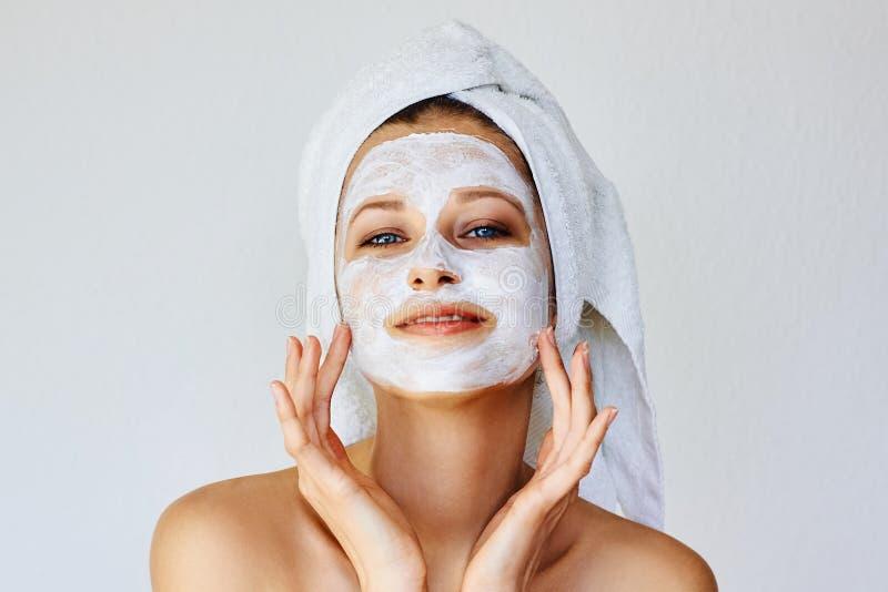 Härlig ung kvinna med den ansikts- maskeringen på hennes framsida Hudomsorg och behandling, brunnsort, naturlig skönhet och cosme royaltyfria bilder