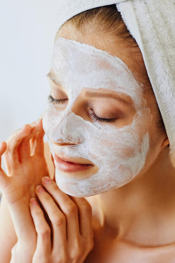 Härlig ung kvinna med den ansikts- maskeringen på hennes framsida Hudomsorg och behandling, brunnsort, naturlig skönhet och cosme royaltyfri fotografi
