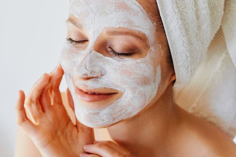 Härlig ung kvinna med den ansikts- maskeringen på hennes framsida Hudomsorg och behandling, brunnsort, naturlig skönhet och cosme arkivfoton