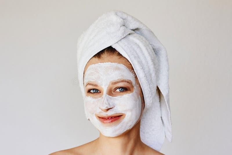 Härlig ung kvinna med den ansikts- maskeringen på hennes framsida Hudomsorg och behandling, brunnsort, naturlig skönhet och cosme royaltyfria foton